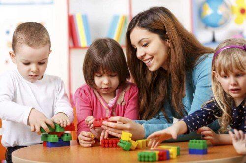 Crianças aprendendo na escola
