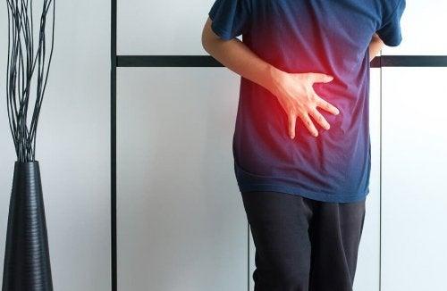 Pessoa com dor abdominal