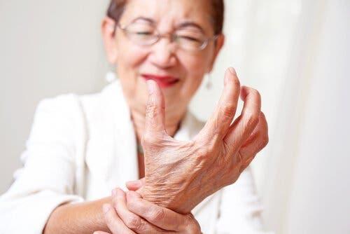 Senhora com artrite nas mãos