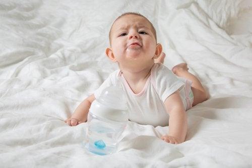 Por que os bebês babam tanto?