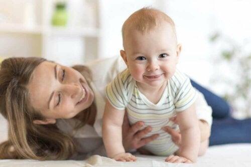 Bebê sorrindo com a sua mãe