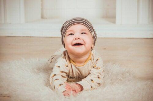 Bebê se bruços em tapete
