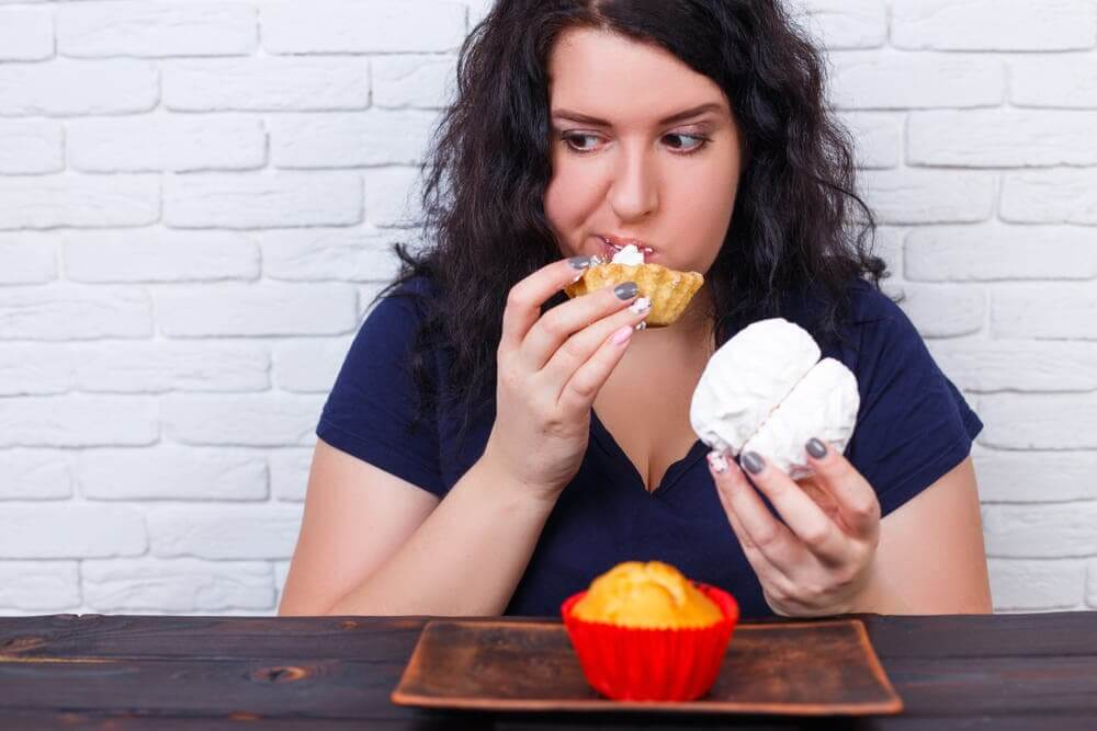 Mulher comendo exageradamente