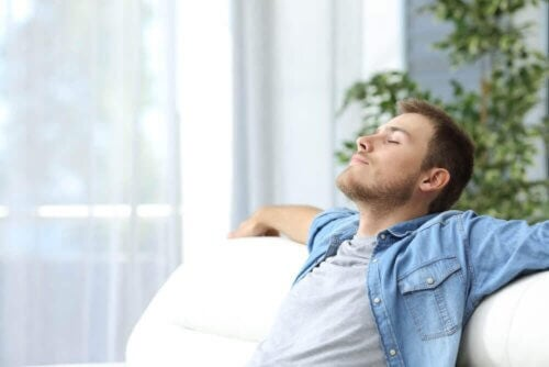 Homem relaxando em sofá