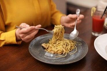 Comer carboidratos no jantar engorda?