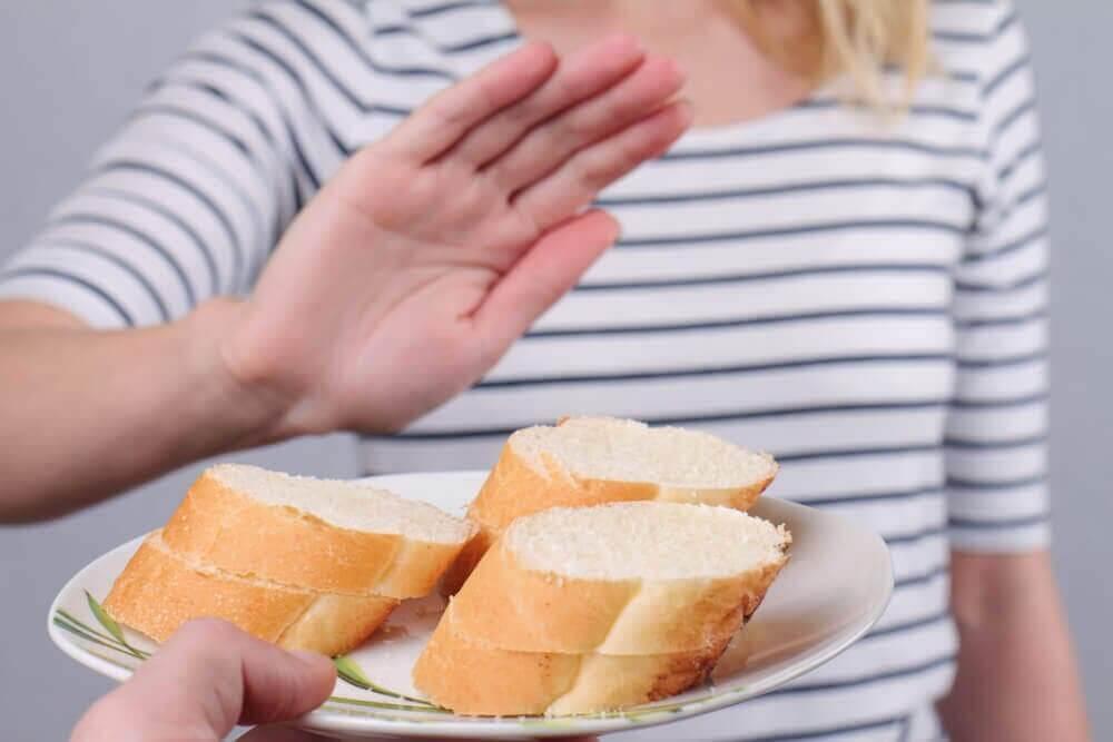 Homem recusando pão