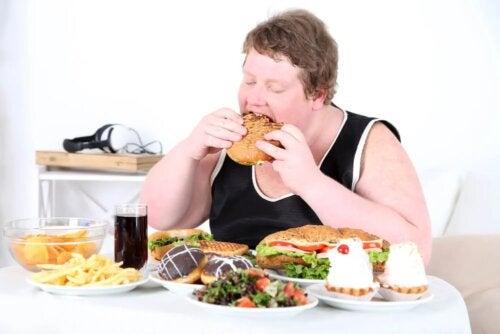 Pessoa comendo exageradamente