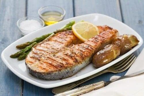 Dieta mediterrânea hipocalórica: peixes oleosos