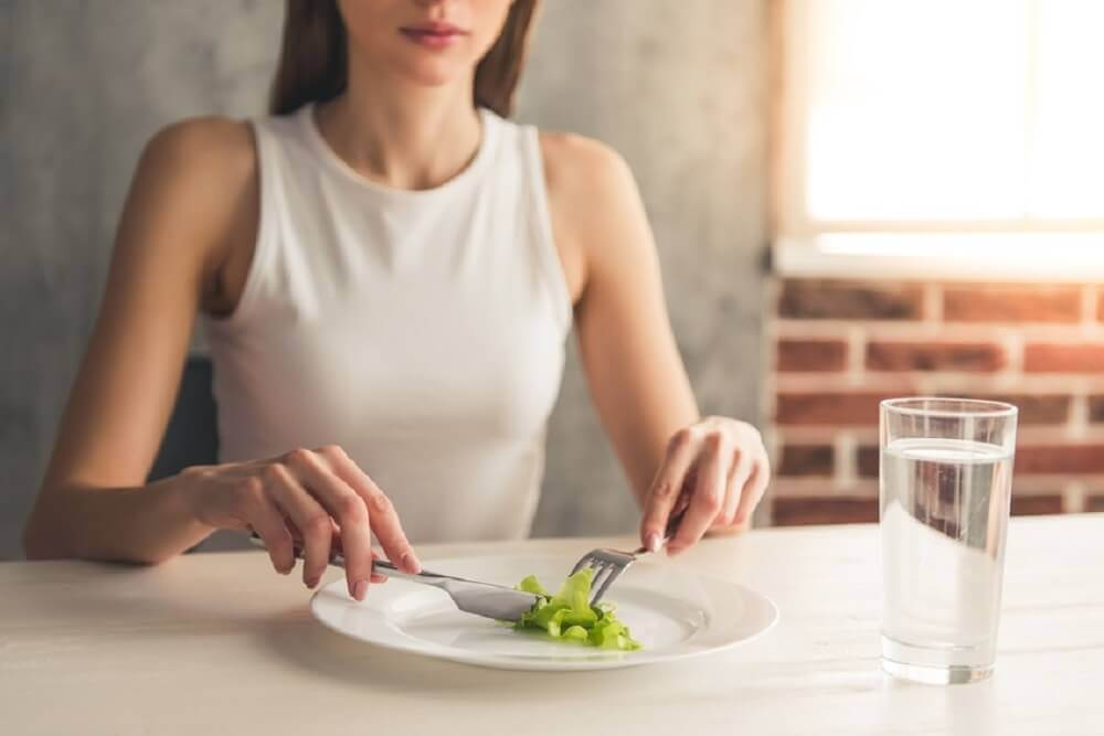 Mulher fazendo dieta restritiva
