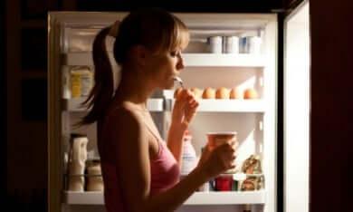 Mulher atacando a geladeira