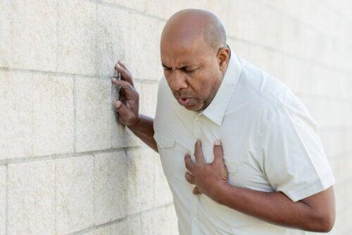 Homem com dor no peito: dor irruptiva