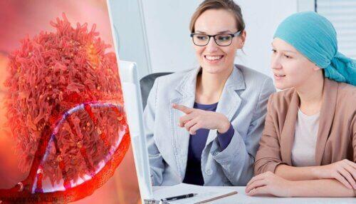Médica explicando câncer para paciente