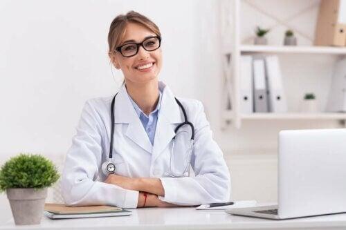 Médica em consultório