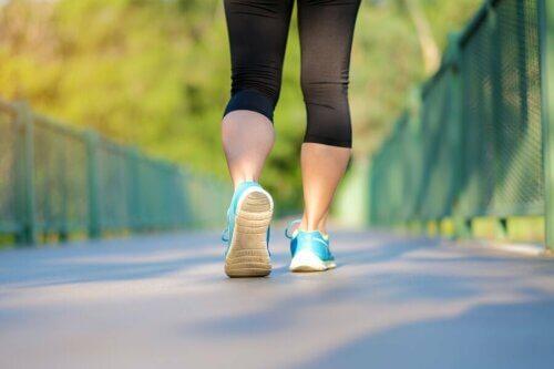 Mulher caminhando