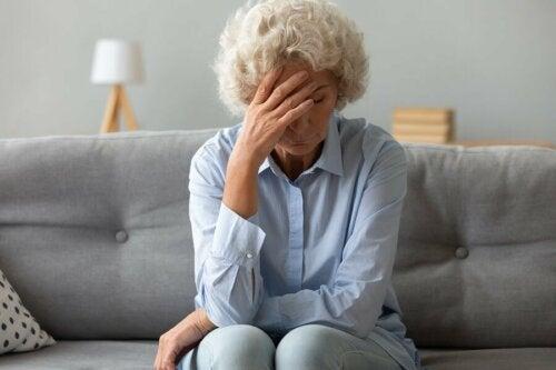 Mulher idosa sentindo fadiga