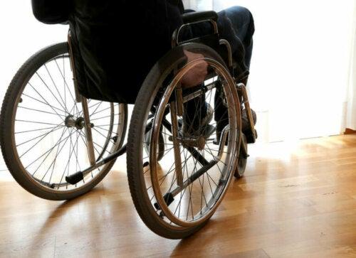 Esclerose múltipla: pessoa na cadeira de rodas
