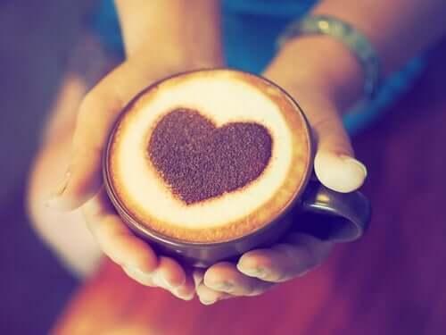 Qual é a relação entre o consumo de café e os ataques cardíacos?
