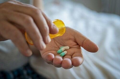 Pessoa tomando comprimidos