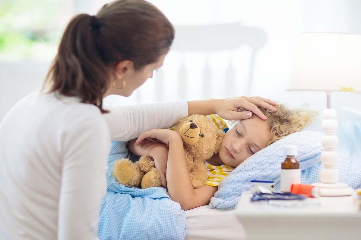 Mãe cuidando de criança doente