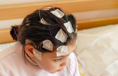 Criança fazendo eletroencefalograma