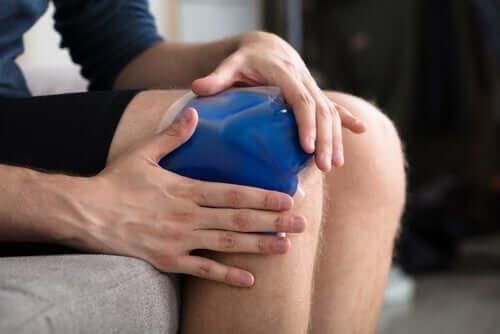 Aplicação de bolsas de gelo no joelho