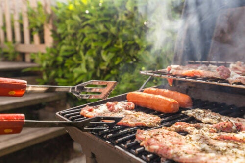 Fazer carnes no churrasco