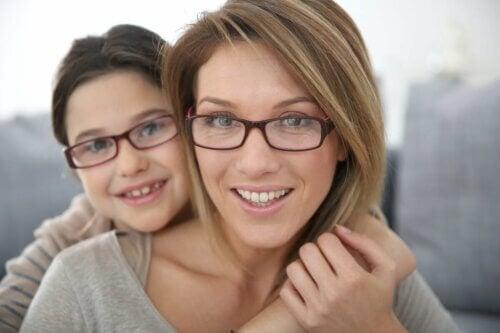 Mãe e filha usando óculos