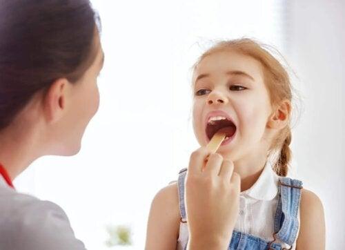 Médica examinando menina