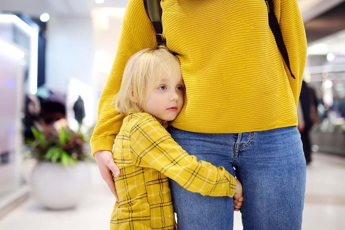 Filho abraçado com a mãe