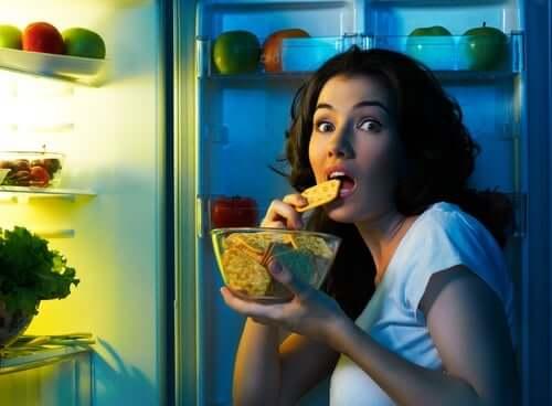 Mulher assaltando a geladeira