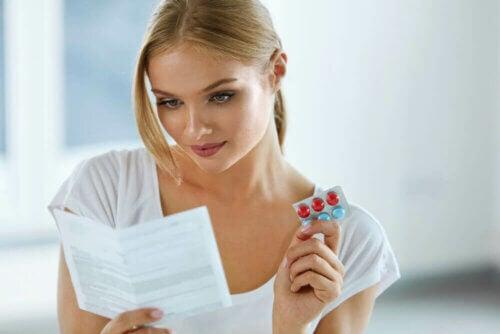 Mulher lendo bula de analgésico