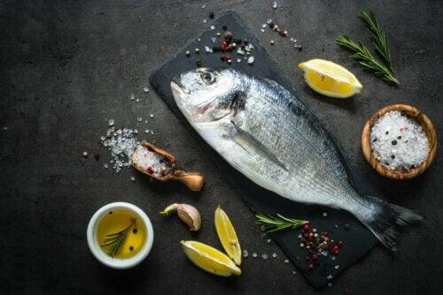 Peixe com azeite, sal e limão
