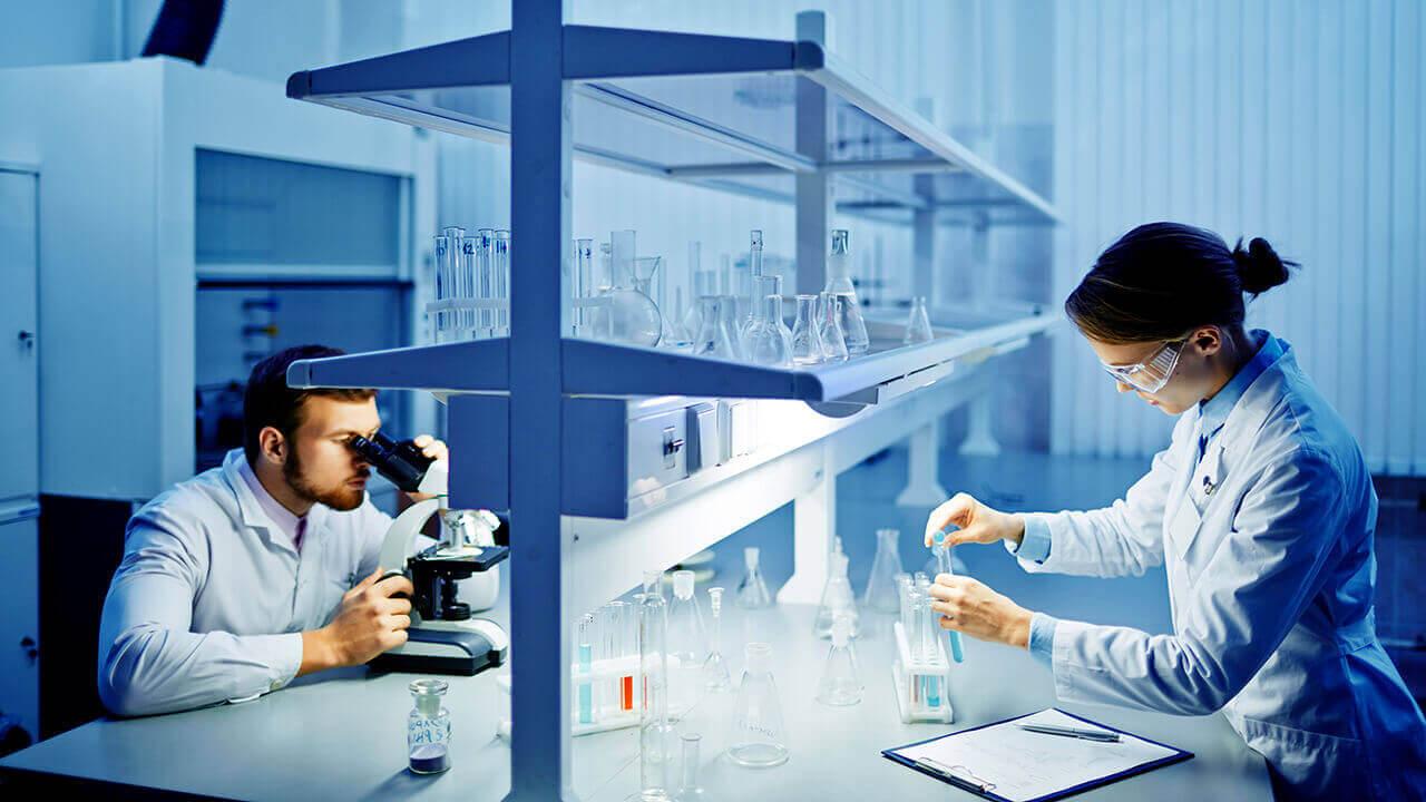 Pesquisadores em laboratório