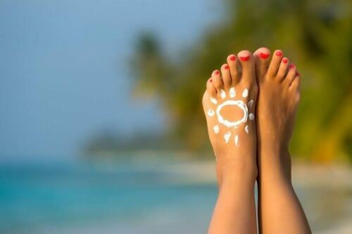 Passar protetor solar nos pés