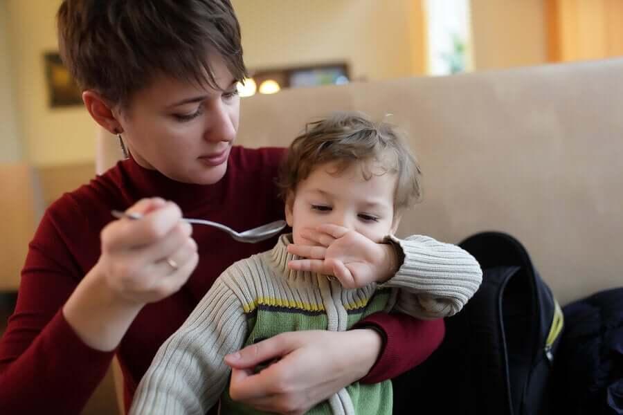 Mãe tentando fazer o filho comer