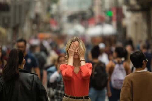 Quais são os sintomas da agorafobia?