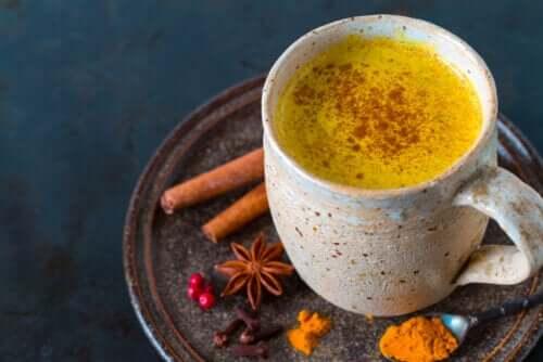 5 benefícios do chá de cúrcuma e como prepará-lo
