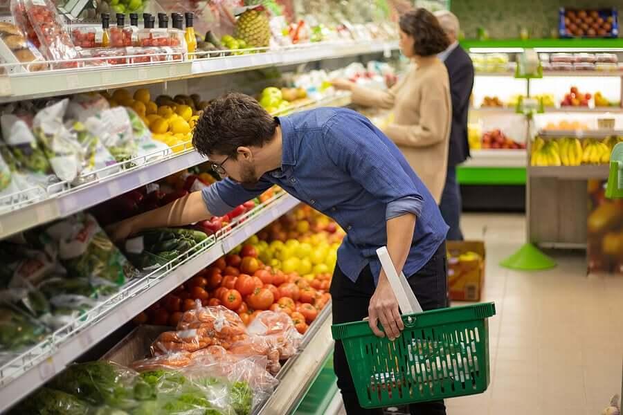 Homem comprando verduras