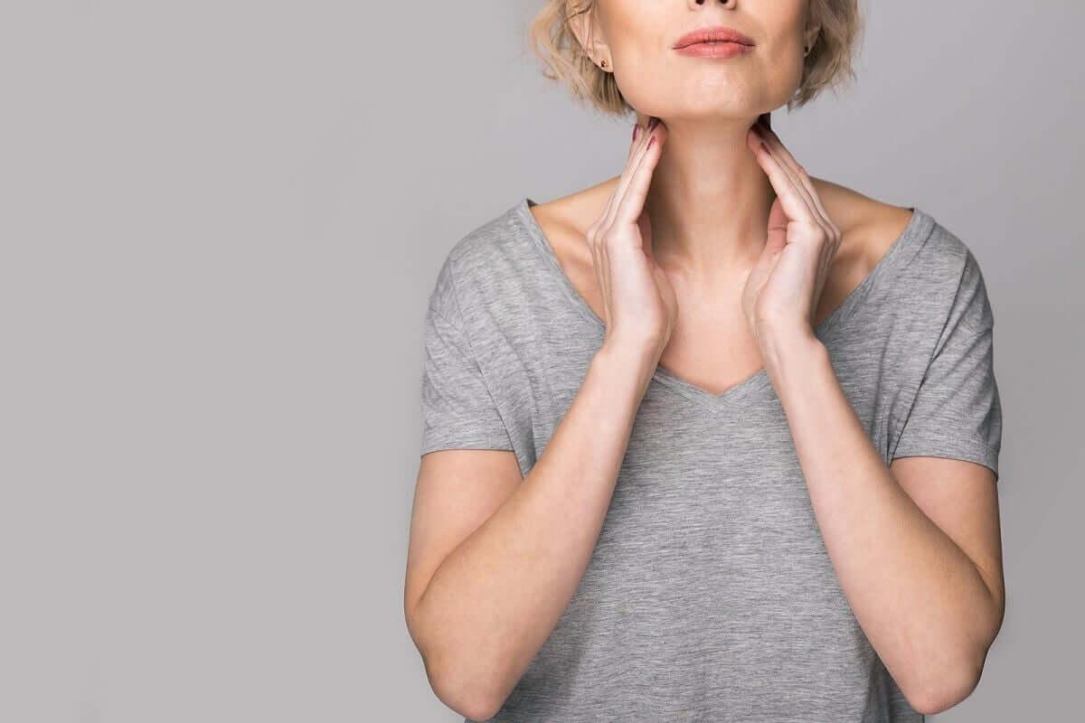 Mulher com problemas nas cordas vocais