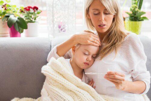 Mãe cuidando da filha com febre