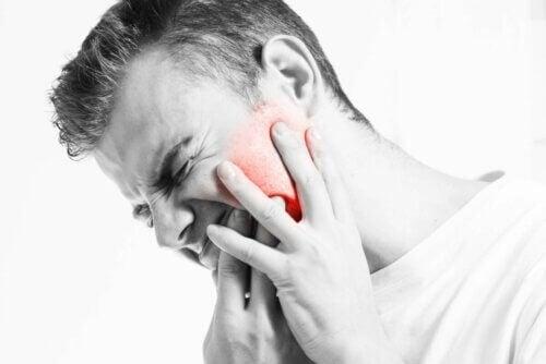 Homem com dor na mandíbula