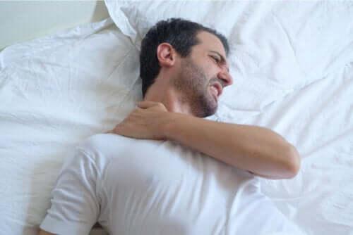 Dicas para dormir bem com tendinite no ombro