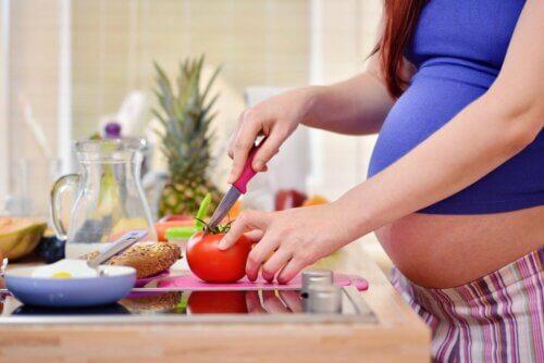 Mulher grávida cozinhando
