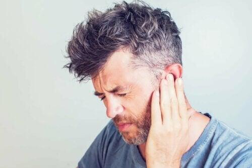Homem com dor no ouvido