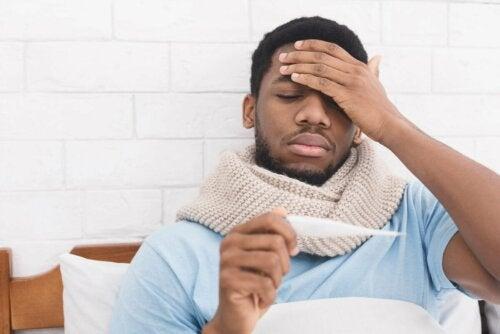 Homem em casa com febre