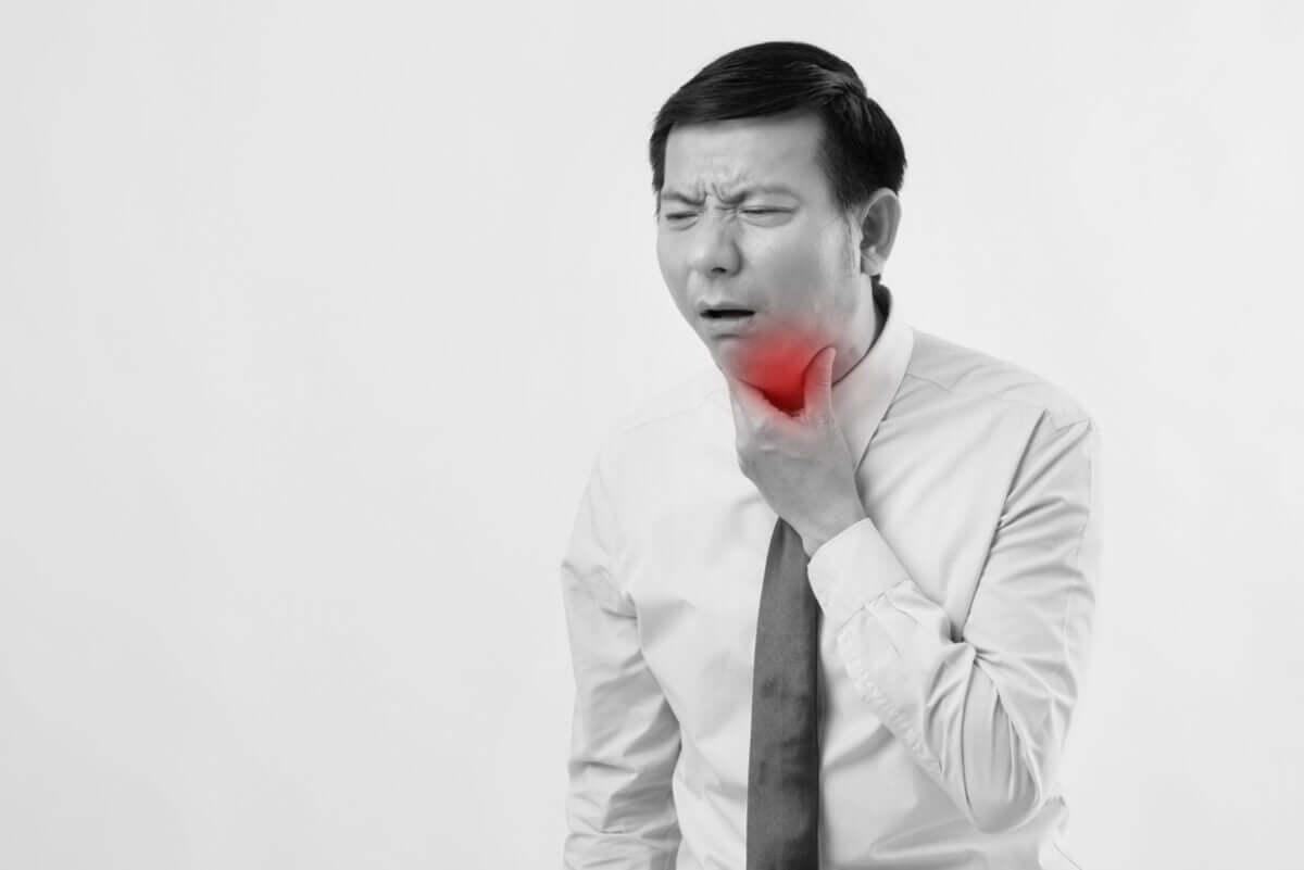 Homem com tosse e dor de garganta