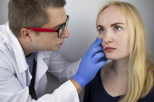 Médico examinando olho