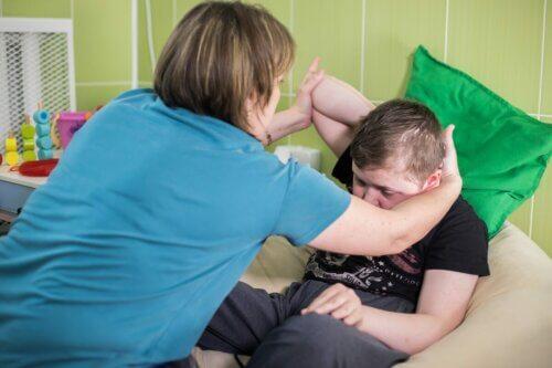 Menino com paralisia cerebral
