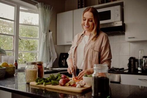Mulher preparando o jantar