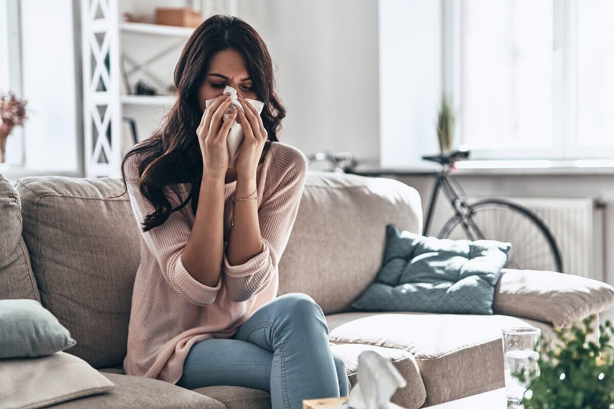 Mulher com rinite alérgica